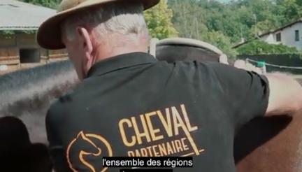 Antoine Vidé monter son cheval dans le van